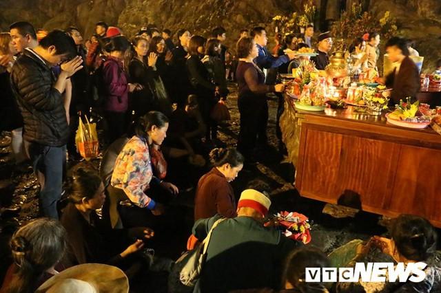 Du khách ùn ùn đổ về chùa Hương từ mờ sáng trong ngày khai hội - Ảnh 17.