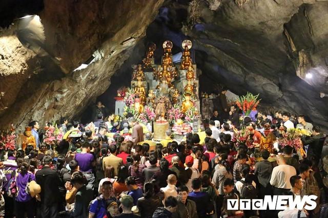 Du khách ùn ùn đổ về chùa Hương từ mờ sáng trong ngày khai hội - Ảnh 18.