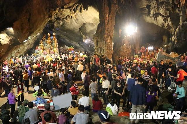 Du khách ùn ùn đổ về chùa Hương từ mờ sáng trong ngày khai hội - Ảnh 19.