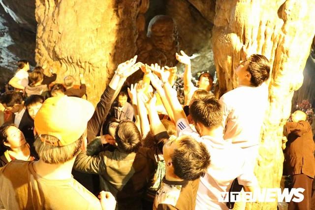 Du khách ùn ùn đổ về chùa Hương từ mờ sáng trong ngày khai hội - Ảnh 20.