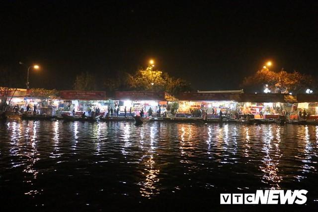 Du khách ùn ùn đổ về chùa Hương từ mờ sáng trong ngày khai hội - Ảnh 3.