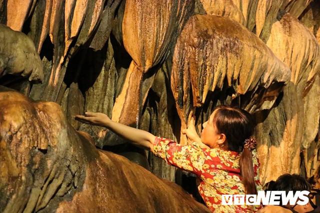 Du khách ùn ùn đổ về chùa Hương từ mờ sáng trong ngày khai hội - Ảnh 21.