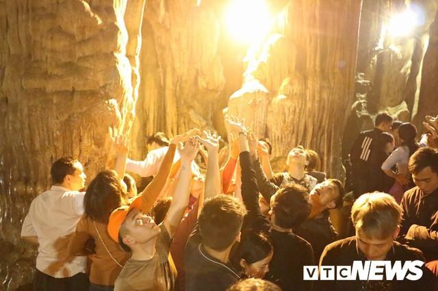 Du khách ùn ùn đổ về chùa Hương từ mờ sáng trong ngày khai hội - Ảnh 22.