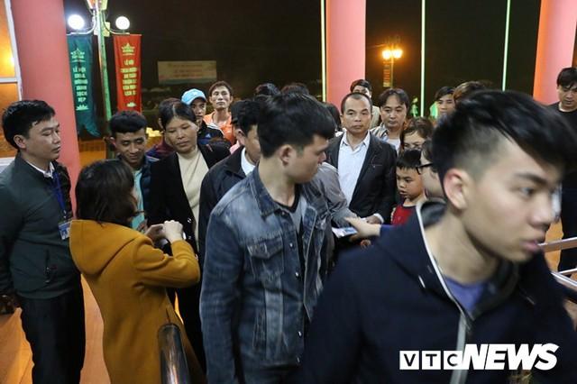 Du khách ùn ùn đổ về chùa Hương từ mờ sáng trong ngày khai hội - Ảnh 7.