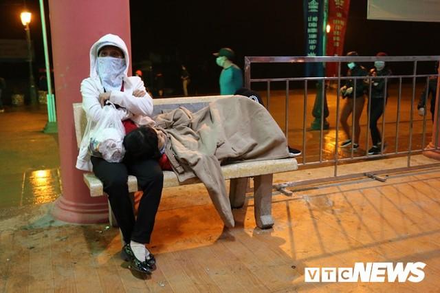 Du khách ùn ùn đổ về chùa Hương từ mờ sáng trong ngày khai hội - Ảnh 8.