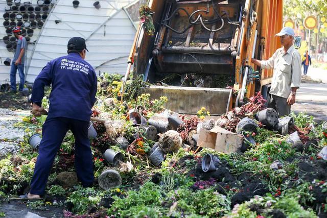 Bế mạc hội hoa xuân Tao Đàn, người dân mót lại hoa sắp cho vào xe rác - Ảnh 2.