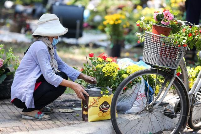 Bế mạc hội hoa xuân Tao Đàn, người dân mót lại hoa sắp cho vào xe rác - Ảnh 11.