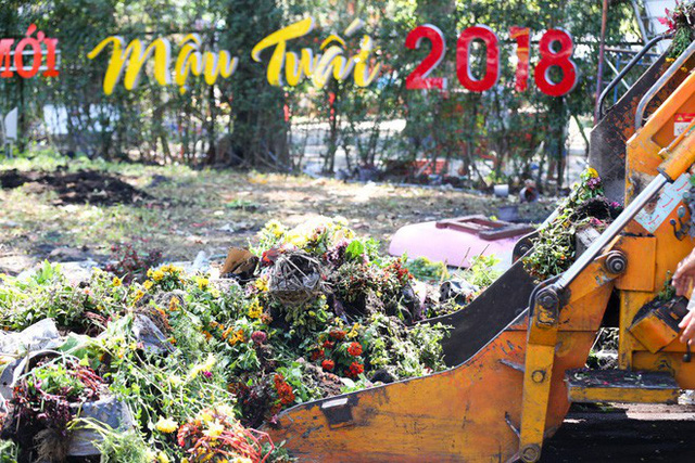 Bế mạc hội hoa xuân Tao Đàn, người dân mót lại hoa sắp cho vào xe rác - Ảnh 4.