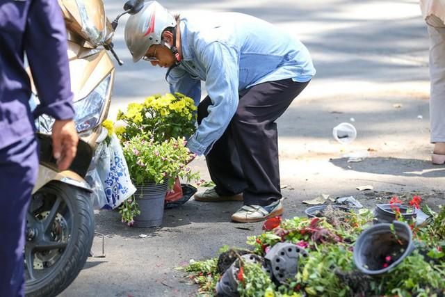 Bế mạc hội hoa xuân Tao Đàn, người dân mót lại hoa sắp cho vào xe rác - Ảnh 6.