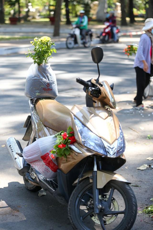 Bế mạc hội hoa xuân Tao Đàn, người dân mót lại hoa sắp cho vào xe rác - Ảnh 7.