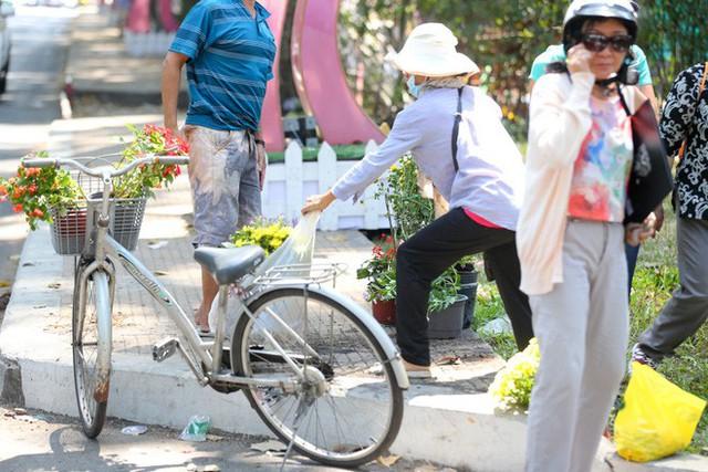 Bế mạc hội hoa xuân Tao Đàn, người dân mót lại hoa sắp cho vào xe rác - Ảnh 9.