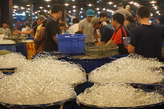 Nhộn nhịp chợ cá lóc trước ngày vía Thần tài   - Ảnh 2.