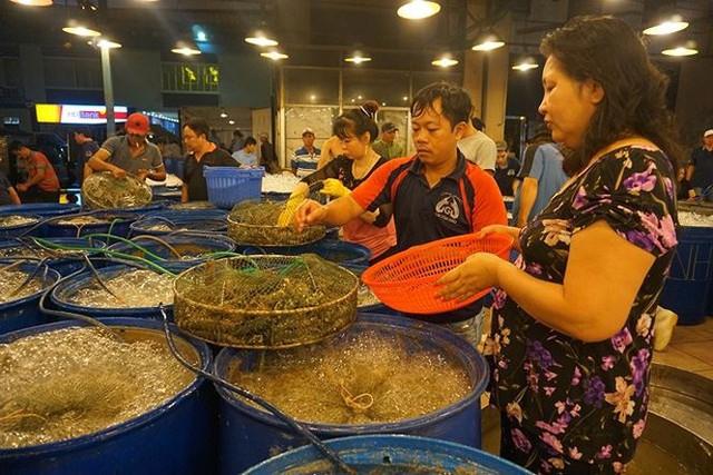 Nhộn nhịp chợ cá lóc trước ngày vía Thần tài   - Ảnh 6.