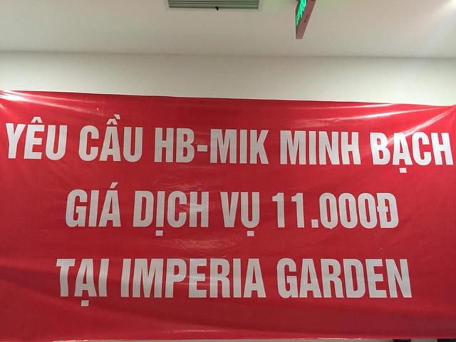 Bị chủ đầu tư cắt nước đúng mùng 10 tết, cư dân Imperia Garden có xô chậu xuống sảnh sinh hoạt cá nhân - Ảnh 1.