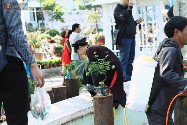 Hình ảnh xấu xí tại lễ hội hoa hồng Bulgaria: Người dân trèo rào, kéo hoa bất chấp để chụp ảnh - Ảnh 6.