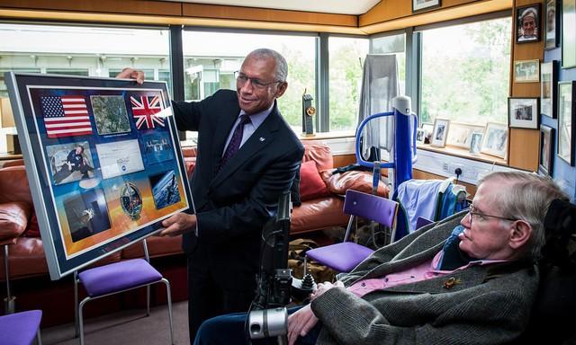 Cuộc đời phi thường qua ảnh của cố Giáo sư Stephen Hawking: Biểu tượng của lòng dũng cảm và là nguồn cảm hứng bất tận để bạn vượt qua mọi khó khăn - Ảnh 16.