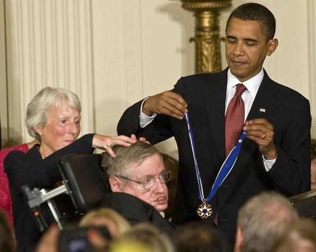 Nhìn lại cuộc đời kỳ diệu của Stephen Hawking, người ngồi xe lăn truyền cảm hứng cho cả thế giới - Ảnh 4.