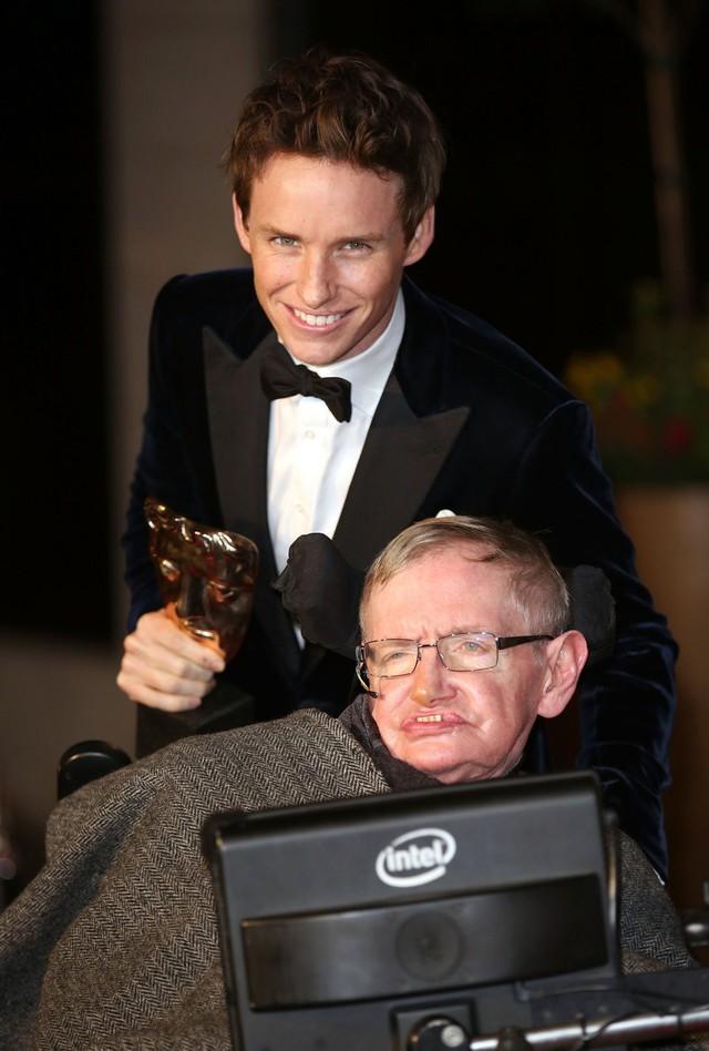 Nam tài tử khiến Stephen Hawking thừa nhận như đang xem chính mình trong phim chia sẻ ấn tượng khó quên về nhân vật vĩ đại từng thủ vai - Ảnh 1.