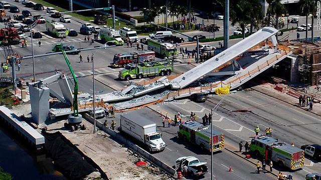 Hình ảnh đáng sợ tại hiện trường vụ sập cầu ở Mỹ khiến nhiều ô tô bị đè bẹp - Ảnh 1.