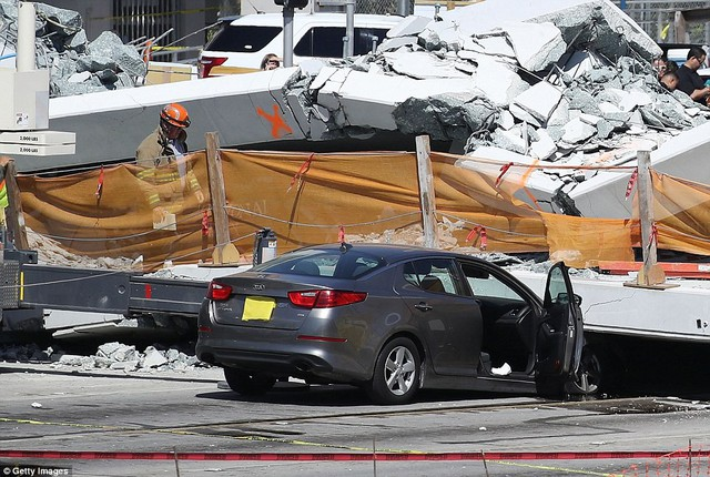 Hình ảnh đáng sợ tại hiện trường vụ sập cầu ở Mỹ khiến nhiều ô tô bị đè bẹp - Ảnh 10.