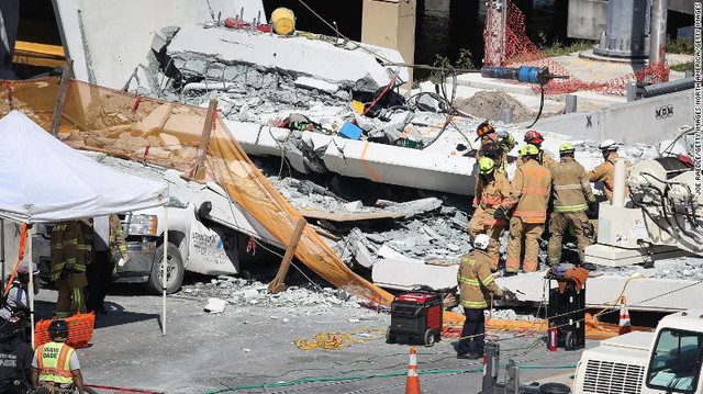 Hình ảnh đáng sợ tại hiện trường vụ sập cầu ở Mỹ khiến nhiều ô tô bị đè bẹp - Ảnh 2.