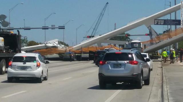 Hình ảnh đáng sợ tại hiện trường vụ sập cầu ở Mỹ khiến nhiều ô tô bị đè bẹp - Ảnh 4.