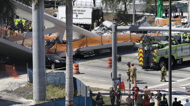 Hình ảnh đáng sợ tại hiện trường vụ sập cầu ở Mỹ khiến nhiều ô tô bị đè bẹp - Ảnh 7.