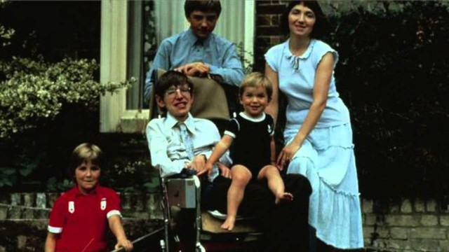 Cuộc đời sóng gió của Stephen Hawking: Bộ óc thiên tài trong thân hình teo tóp, hạnh phúc mỉm cười dưới vực thẳm bi quan - Ảnh 8.