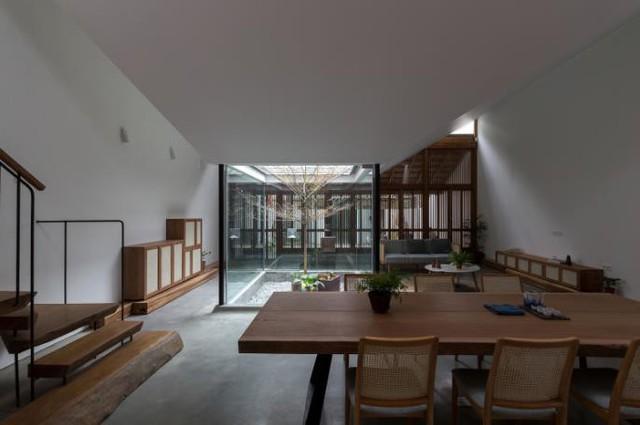 Ngôi nhà có nét kiến trúc cổ Bắc Bộ xuất hiện lung linh trên báo ngoại - Ảnh 11.