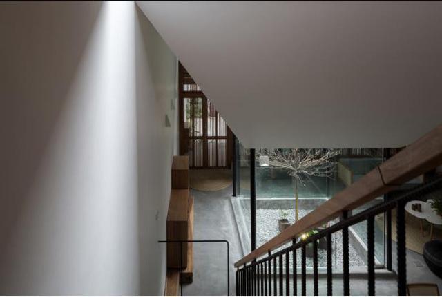 Ngôi nhà có nét kiến trúc cổ Bắc Bộ xuất hiện lung linh trên báo ngoại - Ảnh 14.