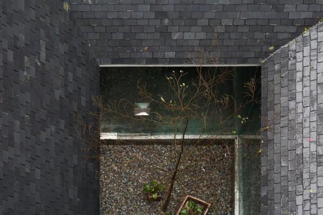 Ngôi nhà có nét kiến trúc cổ Bắc Bộ xuất hiện lung linh trên báo ngoại - Ảnh 18.