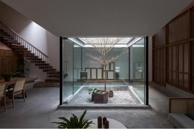 Ngôi nhà có nét kiến trúc cổ Bắc Bộ xuất hiện lung linh trên báo ngoại - Ảnh 10.
