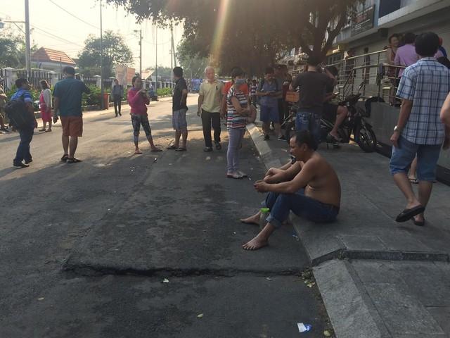 Cận cảnh hiện trường tan hoang sau vụ cháy chung cư Carina Plaza khiến 13 người chết - Ảnh 6.