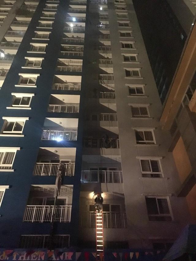 Cháy chung cư đẳng cấp ở Sài Gòn giữa đêm, ít nhất 13 người thiệt mạng - Ảnh 1.