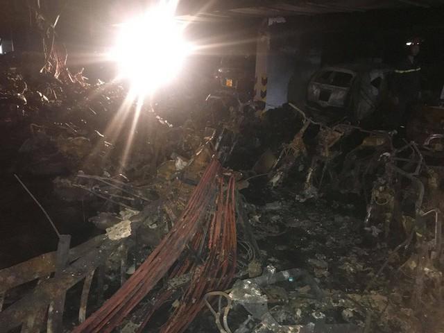 Cảnh tan hoang bên trong chung cư Carina Plaza sau vụ cháy làm 13 người chết - Ảnh 2.