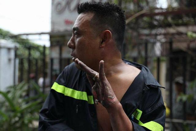 Hình ảnh anh lính cứu hỏa bị bỏng tuột da tay khi tham gia chữa cháy, cứu hộ tại chung cư Carina khiến nhiều người xót xa - Ảnh 1.