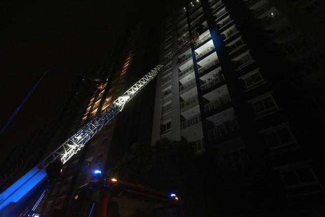Cảnh tan hoang bên trong chung cư Carina Plaza sau vụ cháy làm 13 người chết - Ảnh 4.