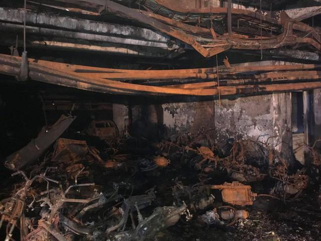 Cảnh tan hoang bên trong chung cư Carina Plaza sau vụ cháy làm 13 người chết - Ảnh 7.