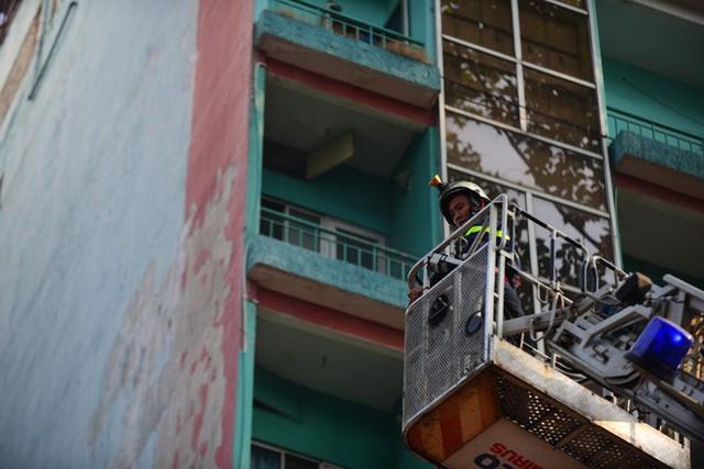 Cháy khách sạn ở Sài Gòn: Giải cứu khẩn cấp 11 khách nước ngoài và 8 người Việt Nam - Ảnh 5.