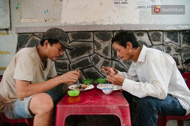 """Cô bán cơm dễ thương hết sức ở Sài Gòn: 10 ngàn cũng bán, khách nhiêu tiền cũng có cơm ăn"""" - Ảnh 2."""