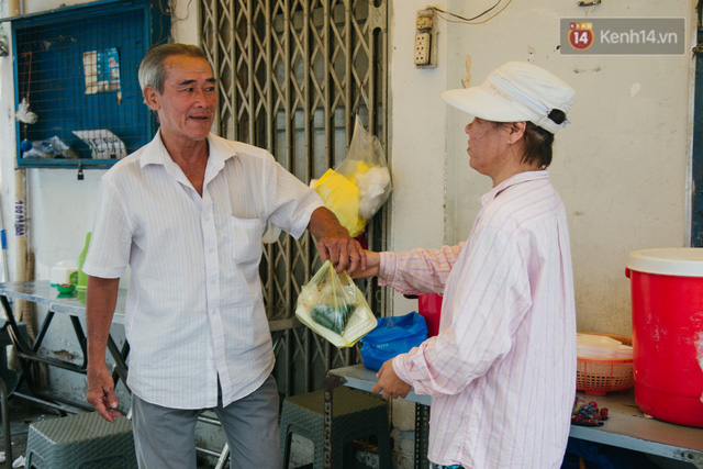 """Cô bán cơm dễ thương hết sức ở Sài Gòn: 10 ngàn cũng bán, khách nhiêu tiền cũng có cơm ăn"""" - Ảnh 16."""