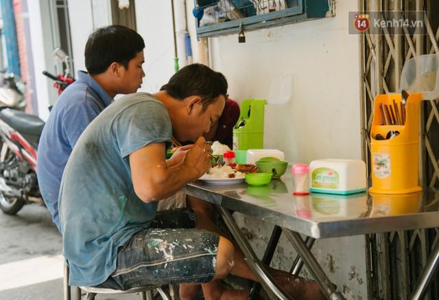 """Cô bán cơm dễ thương hết sức ở Sài Gòn: 10 ngàn cũng bán, khách nhiêu tiền cũng có cơm ăn"""" - Ảnh 3."""