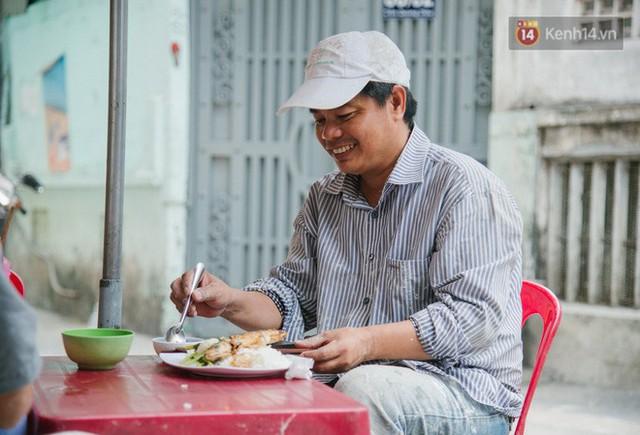 """Cô bán cơm dễ thương hết sức ở Sài Gòn: 10 ngàn cũng bán, khách nhiêu tiền cũng có cơm ăn"""" - Ảnh 9."""