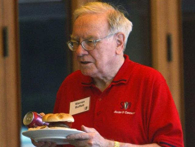 Bạn sẽ ngạc nhiên khi biết được tỷ phú Warren Buffett đã chọn những gì cho bữa ăn trưa của mình - Ảnh 1.