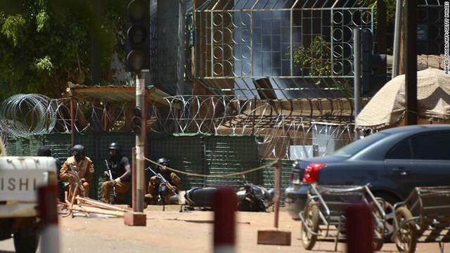 Nóng: Đại sứ quán Pháp ở Burkina Faso bị tấn công khủng bố, nhiều người thiệt mạng - Ảnh 1.