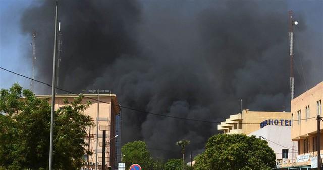 Nóng: Đại sứ quán Pháp ở Burkina Faso bị tấn công khủng bố, nhiều người thiệt mạng - Ảnh 6.