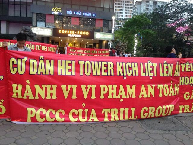 Chung cư đẳng cấp Hei Tower có vấn đề về PCCC, cư dân tràn ra 1 vài con phố căng băng rôn phản đối chủ đầu tư - Ảnh 2.