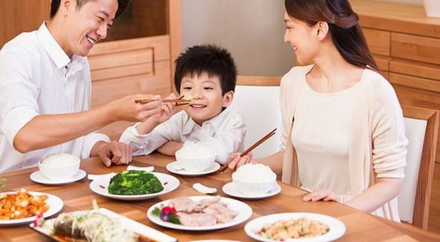 4 bài học tuyệt vời cha mẹ hãy dạy con ngay từ phòng bếp - Ảnh 2.