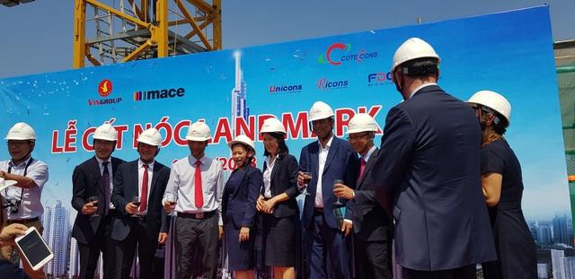 Vingroup chính thức cất nóc tòa nhà cao nhất Việt Nam Landmark 81 có độ cao gần 500m - Ảnh 1.