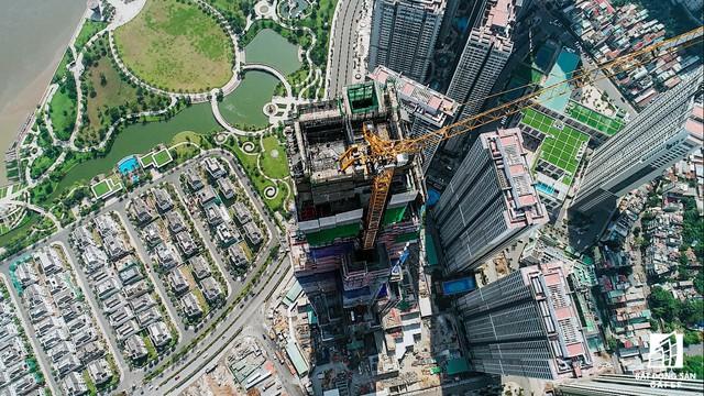 Đến thời điểm hiện tại, theo nhà thầu thi công, tòa tháp Landmark 81 đang được thi công đến tầng thứ 72, đổ sàn tại tầng 70 và sẽ cất cóc đúng tiến độ đề ra.